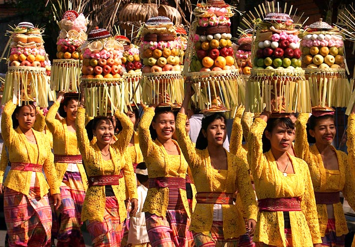 Above : Balinese women with smile on their face, even the offering on ...
